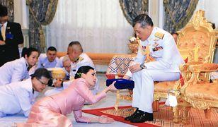 Król i przyszła królowa Tajlandii podczas ceremonii ślubnej