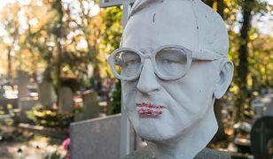 Toruń: wandale zniszczyli rzeźbę na nagrobku prof. Lecha Morawskiego