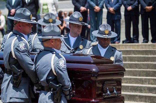 Gwardia Honorowa niesie trumnę Clementa Pinckney''a, pastora i członka Senatu Karoliny Południowej, zastrzelonego podczas ataku w Charleston