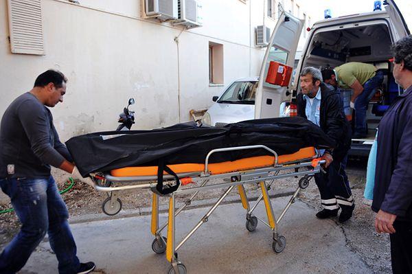 Ratownicy przenoszą ciało osoby, która zatonęła u wybrzeży Lefkady