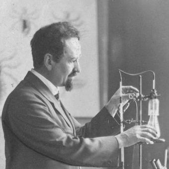 Profesor Weigl w swoim laboratorium