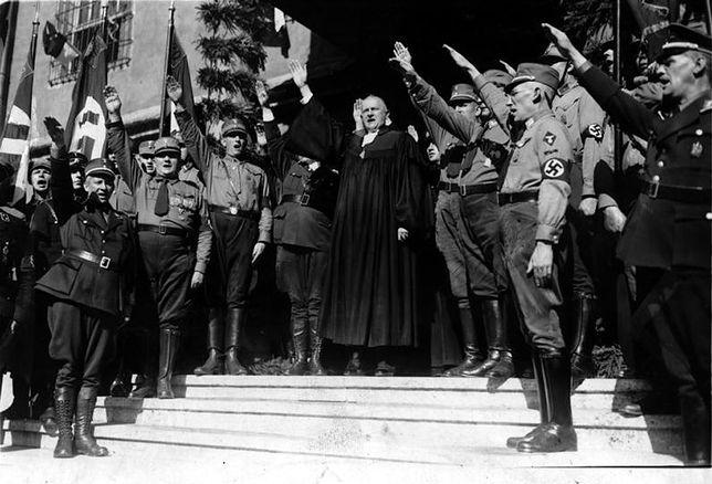 Biskup Ludwig Müller wznosi nazistowskie pozdrowienie w czasie synodu niemieckich ewangelików, 27 sierpnia 1933 r.