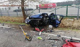 Tragedia pod Koninem. Siła uderzenia rozerwała pojazdy