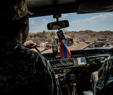 Żołnierze armii Górskiego Karabachu na patrolu na linii frontu, zaledwie 300 m od pozycji armii Armenii //Celestino Arce/NurPhoto