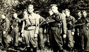 """Por. Jan Piwnik """"Ponury"""" (na pierwszym planie z lewej) oraz ppor. Waldemar Szwiec """"Robot"""""""