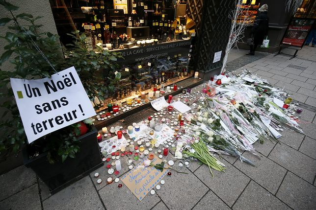 Mieszkańcy Strasburga i turyści zapalają znicze i układają kwiaty w miejscach, gdzie znaleziono ofiary Cherifa Chekatta