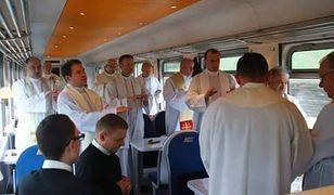 Na jednym ze zdjęć widać, jak kilkunastu księży odprawia mszę świętą w wagonie restauracyjnym.
