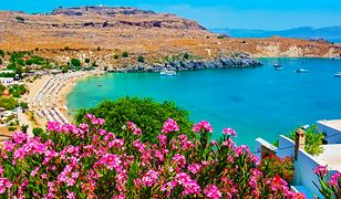Skalne góry opadają bezpośrednio do lazurowego morza - takie krajobrazy możemy podziwiać na wyspie Rodos