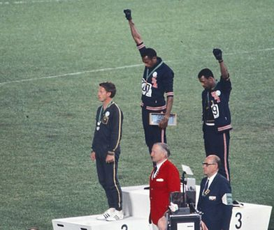 Amerykańscy sprinterzy Tommie Smith i John Carlos oraz Australijczyk Peter Norman (pierwszy od lewej) podczas Igrzysk Olimpijskich w Meksyku, 1968 r.