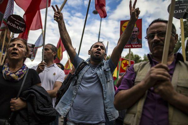 Protest Kurdów przed ambasadą Turcji w Paryżu