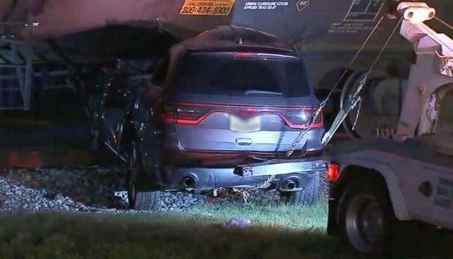 Pociąg zgniatał samochód. Dramatyczne nagranie