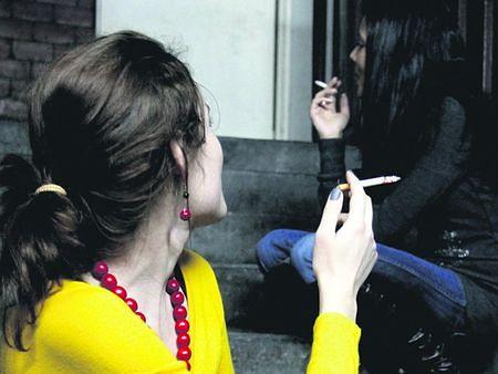Prawo nie zabrania palenia papierosów na klatce