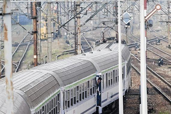 35-latek wdarł się do pociągu i sterroryzował maszynistę. Potem kazał mu ruszyć