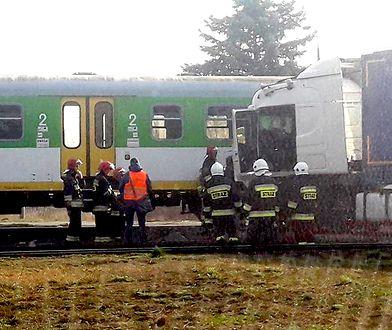 Ciężarówka zderzyła się z pociągiem na przejeździe kolejowym w Pilawie