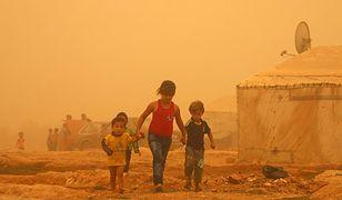 Dzieci syryjskich uchodźców w obozie na przedmieściach libańskiego miasta Baalbek, 7 września była burza piaskowa
