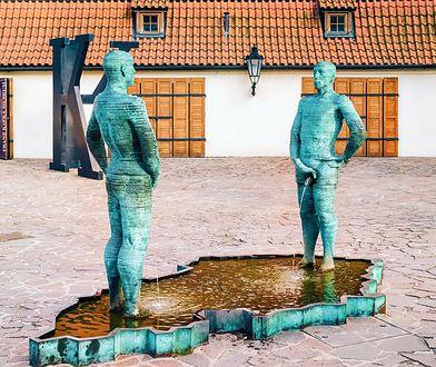 Pomnik w Pradze, który przedstawia dwóch stojących na przeciwko siebie mężczyzn oddających mocz do kałuży w kształcie Republiki Czeskiej