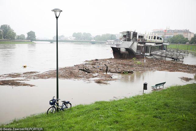 Podtopienia i powodzie. Wisła wylała na bulwary w Krakowie, ale woda powoli opada.