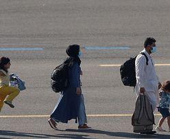 Zdjęcie obiegło media. Zachowanie Afganki zaraz po wyjściu z samolotu