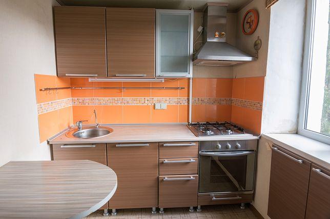 W niewielkiej kuchni przydaje się każdy centymetr blatu kuchennego, a nawet parapet