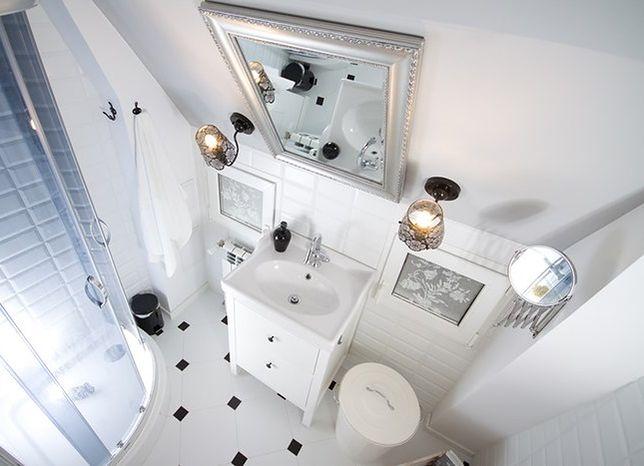 Jak wykorzystać skosy w małej łazience?