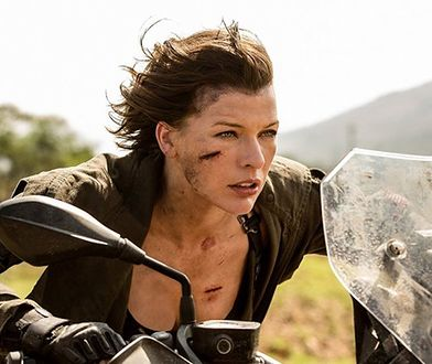 """Milla Jovovich w filmie """"Resident Evil: Ostatni rozdział"""". Sceny kaskaderskie na motocyklu odgrywała Olivia Jackson"""