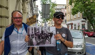 Pikieta KOD w związku z pobiciem działacza KOD. Po lewej Andrzej Majdan