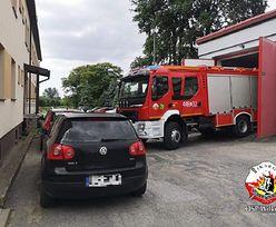 Strażacy nie mogą wyjechać na akcję. Bezmyślni kierowcy zablokowali wyjazd z remizy