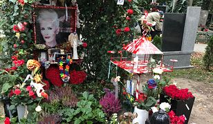 Mnóstwo kwiatów, setki zniczy. Odwiedziliśmy groby znanych Polaków