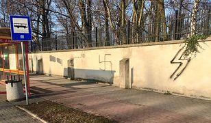 Oświęcim. Nazistowskie symbole na murze cmentarza żydowskiego