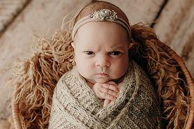 Dziecko z wredną minką. Zdjęcia wykonane przez Justine Tuhy podbijają sieć