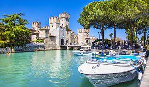 Widok na Zamek w Sirmione nad jeziorem Garda