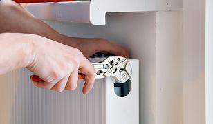 Kapanie wody z zaworu jest dość częstym zjawiskiem. Aby cokolwiek poradzić, należy spuścić wodę z grzejnika.