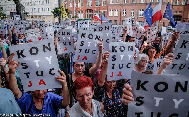 """Powiesiły """"konstytucję"""" na biurze Pawłowicz. Sąd je uniewinnił"""