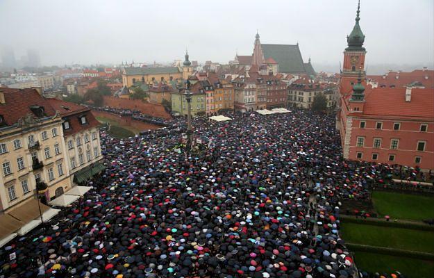 """""""Czarny protest"""". Manifestacje w wielu miastach w Polsce. Ile osób wzięło udział w demonstracjach?"""