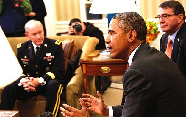 Prezydent Barack Obama, w tle widoczny generał Martin Dempsey