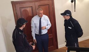 Roman Giertych domaga się usunięcia dziennikarzy TVP sprzed drzwi jego kancelarii