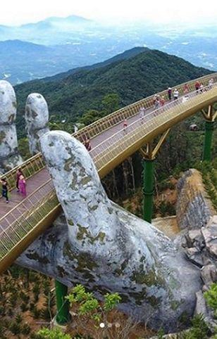Wietnam to kraj pełen pięknych widoków i niezwykłych atrakcji. na zdjęciu złoty most w Da Nang