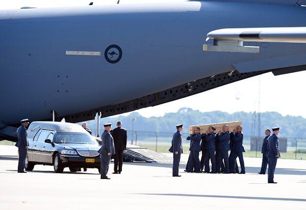Ostatnie szczątki ofiar katastrofy samolotu wylecą w sobotę do Holandii