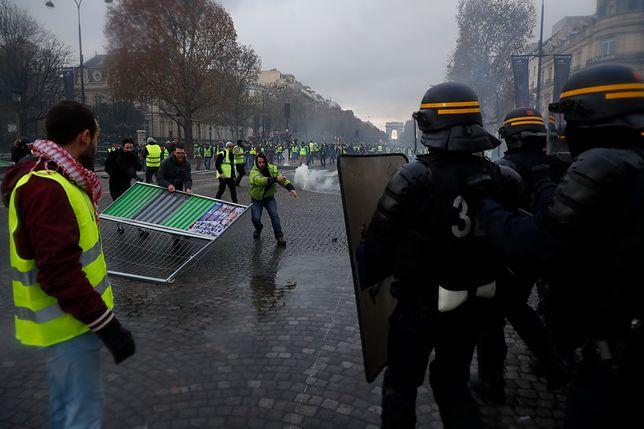 """Protest """"żółtych kamizelek"""" w Paryżu. Policja użyła gazu łzawiącego i armatek wodnych na Polach Elizejskich"""