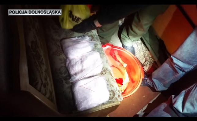 Policjanci przechwytują ponad 7 kg amfetaminy w bielawskim mieszkaniu