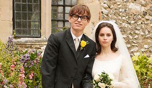 Jane i Stephen Hawking (grani przez Eddiego Redmayne'a i Felicity Jones)