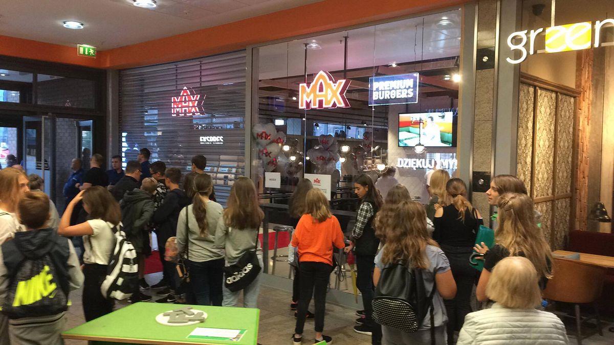 Nowa sieć burgerów w Polsce. Klienci czekali na otwarcie drzwi [NASZA RELACJA]