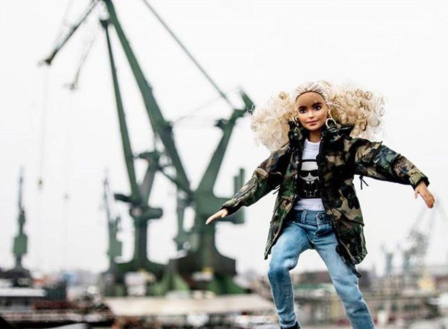 Wędrujące dżinsy lalek Barbie. Projekt wystartował w Gdańsku