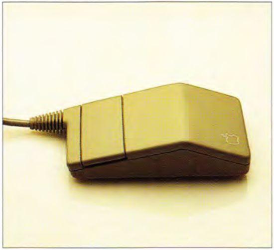 Prototype Apple Desktop Bus Mouse autorstwa Herberta Pfeifera został odrzucony, gdyż nie umożliwiał równie wygodnej pracy dla osób lewo i praworęcznych.