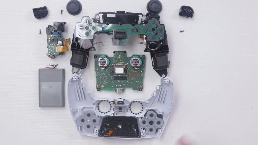 DualSense - kontroler do PS5 po rozebraniu, fot. TronicsFix/YouTube