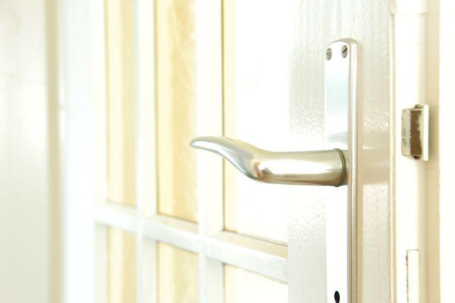 Przeszklone drzwi odmienią pokój