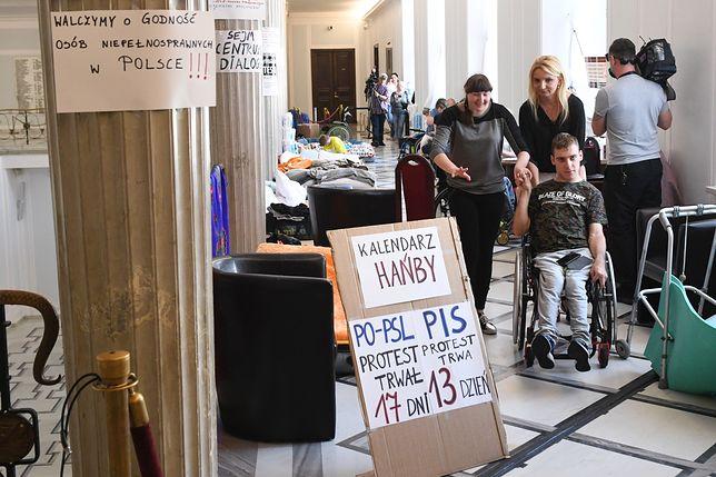 Protest niepełnosprawnych w Sejmie trwa już dwa tygodnie.