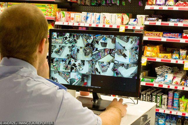 Ujęcia z kamer zwykle rejestrują, co robią klienci. Tu było inaczej.