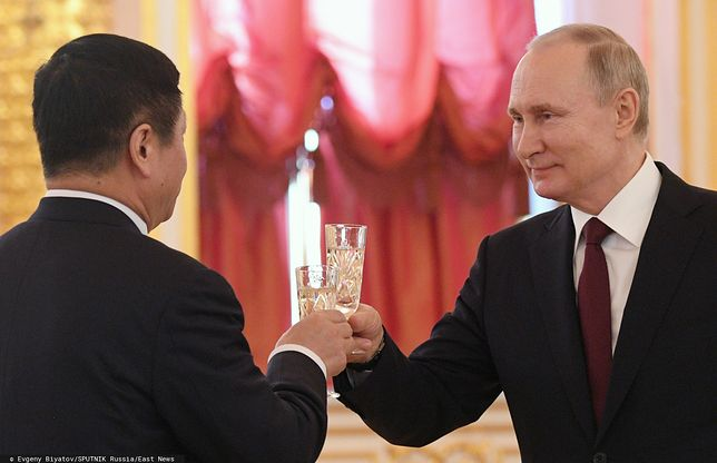 Prezydent Rosji Władimir Putin (P) oraz chiński ambasador Zhang Hanhui (L)
