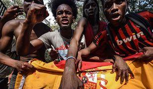 Imigranci z Afryki po sforsowaniu płotu w Ceucie